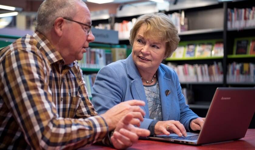 Vrijwilligers van SeniorenWeb helpen bij specifieke computervragen.