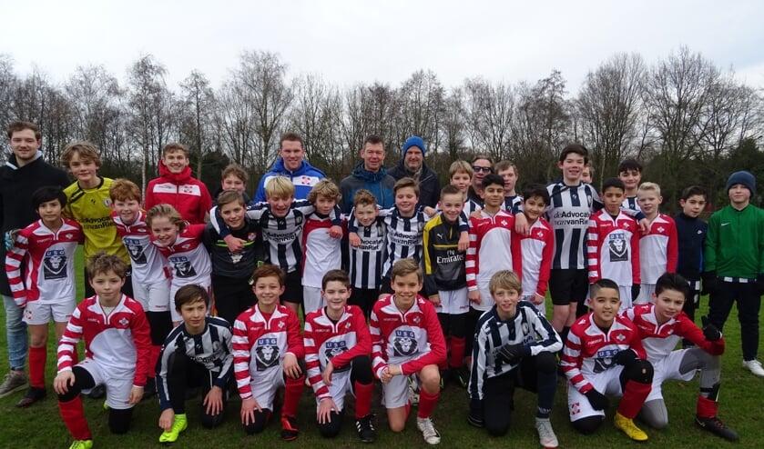 Een team van FC De Bilt onder 12/13 (rood/wit) speelt tegen een team van Hercules onder 13/14 uit Utrecht.