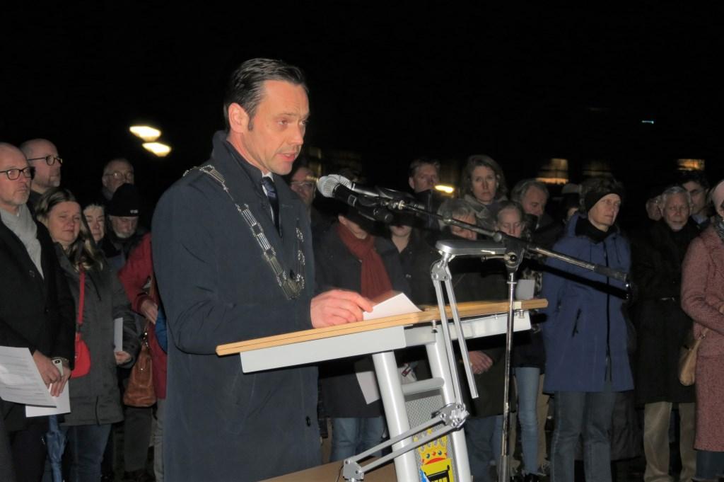 Burgemeester Sjoerd Potters vertelt in zijn toespraak over zijn bezoek aan Auschwitz.  © De Vierklank