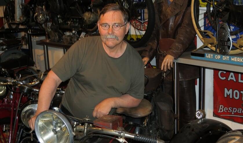 Koos Smits met de motor waarmee hij in Normandië rondreed. (GG-Koos.jpg)