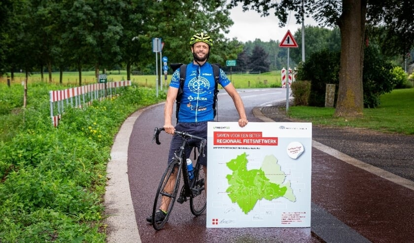 Fietskoerier Sjoerd fietst de provincie en gemeenten af om de handtekeningen op te halen.