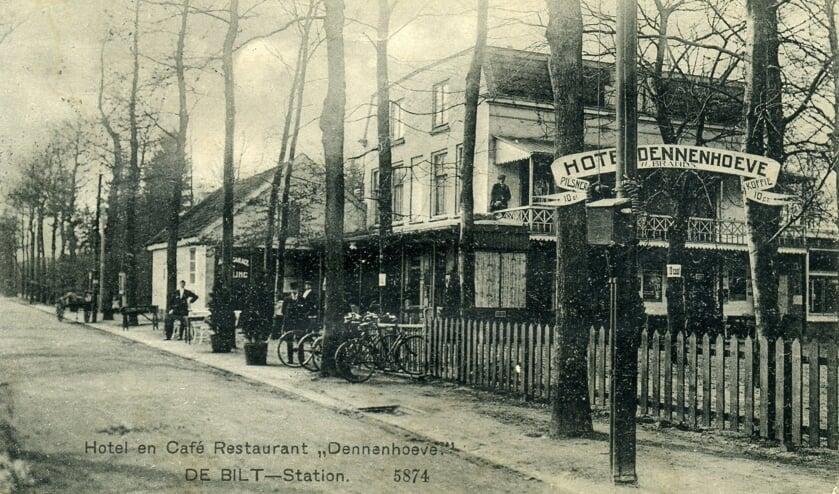 (foto uit 1972 uit de digitale verzameling van Rienk Miedema Hotel en Café Dennenhoeve De Bilt naast Station aan het Emmaplein Het stations-koffiehuis werd in 1864 geopend. Het groeide uit tot hotel-restaurant Dennenhoeve. Deze foto uit 1914 (uit de digitale verzameling van Rienk Miedema) is genomen vanaf het station kijkend in zuidelijke richting. In 1907 was het pand aangekocht door de spoorwegen. W. Brands werd in 1913 pachter van het hotel-restaurant. Het hotel kreeg in de volksmond de naam Brands.