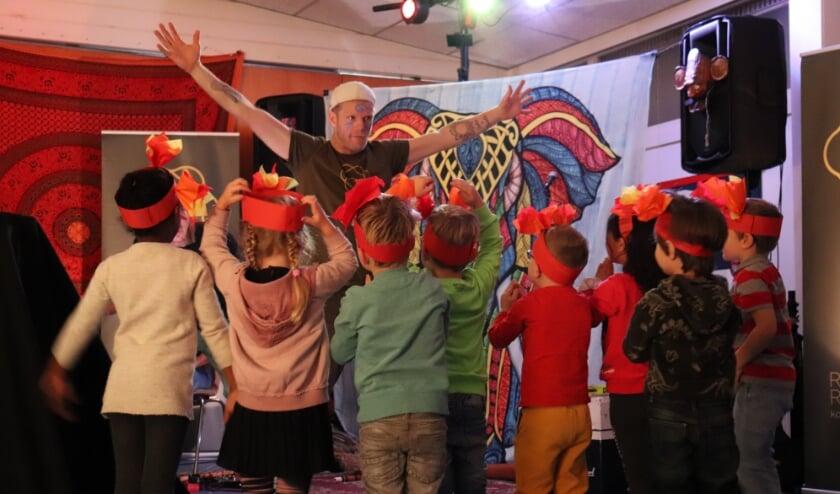 Leerlingen uit groep 1-2 van basisschool De Kievit in een spannend theaterspel met docent Jeroen Hensels van Raw Resonance.