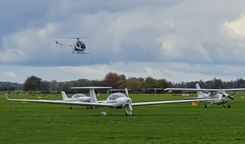 Op Vliegveld Hilversum is het een komen en gaan van sportvliegtuigjes en helikopters.6