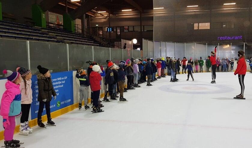Leerlingen van De Rietakker krijgen schaatsles op de Vechtsebanen.