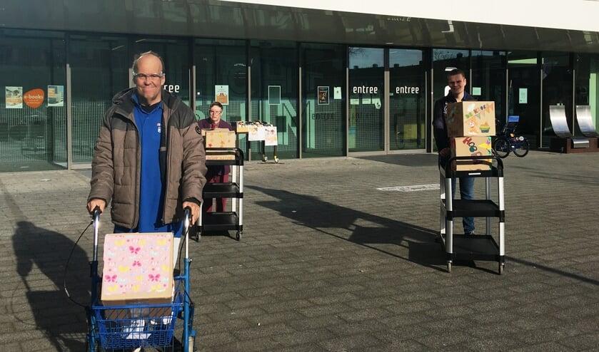 De saaie bruine dozen zijn mooi versierd door mensen die dagbesteding volgen in het Lichtruim. De meeste daarvan zijn ook kroegbezoekers en samen met Marc, Luuk en Wesley werden de dozen voor transport naar de auto gebracht.