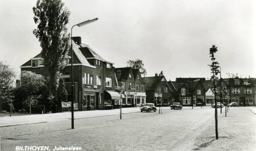 Het pand met de uitgeklapte luifel links is Julianalaan 38a in Bilthoven. (uit de digitale verzameling van Rienk Miedema)