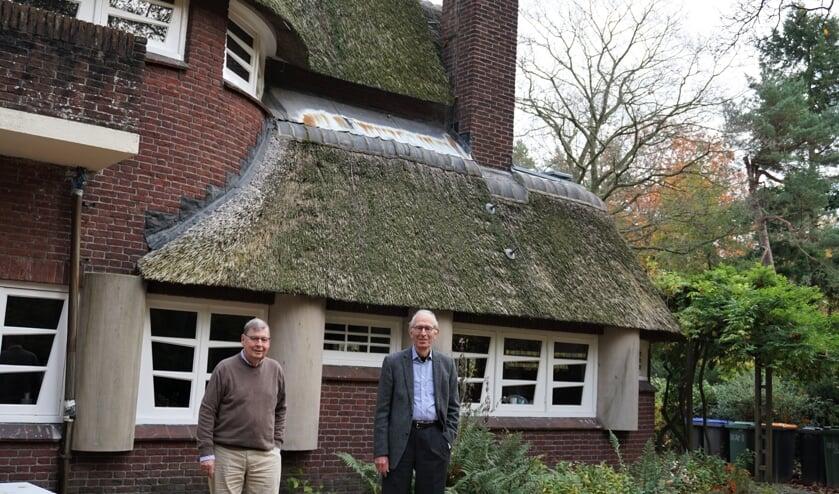 Pascal Rijnders (links), secretaris, en Hans Zwarts, voorzitter van de Stichting Walter Maas in de achtertuin van Huize Gaudeamus.