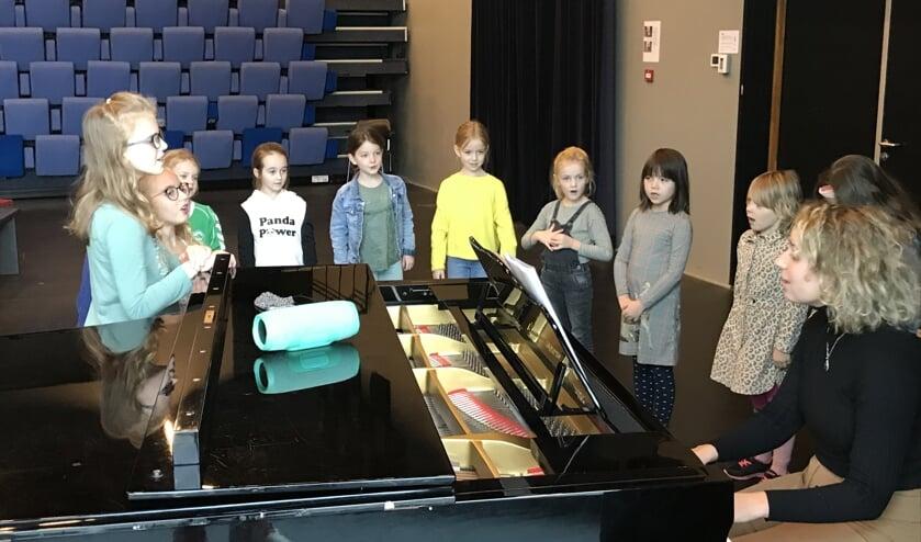 Samen zingen tijdens de workshop. (foto Ruut te Velthuis)