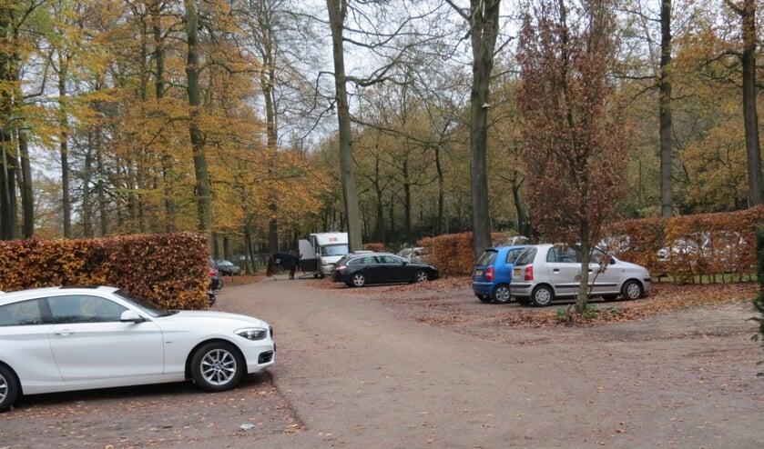 De huidige parkeerplaats bij het paviljoen-Koetshuis.