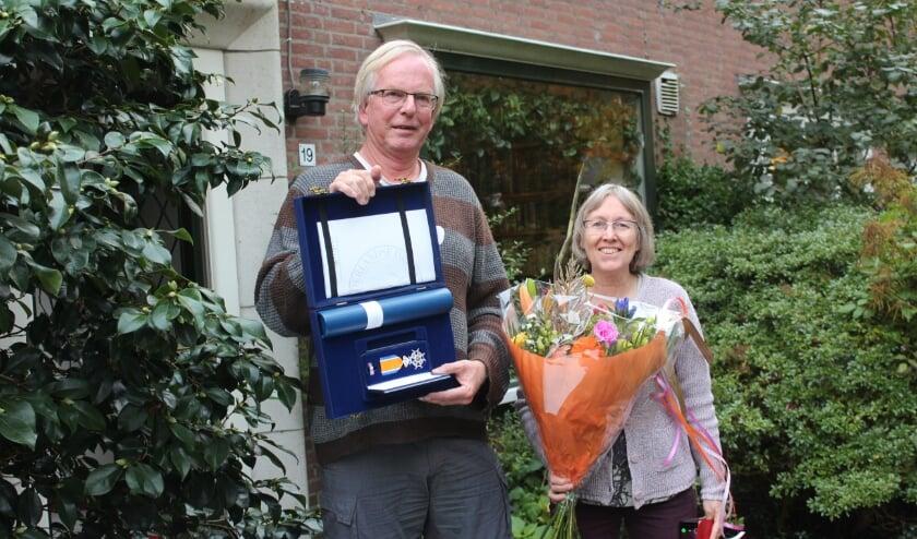 Burgemeester Sjoerd Potters bij de uitreiking: 'Een welverdiende waardering voor zijn levenslange inzet voor de bescherming van de natuur'. [foto Henk van de Bunt]