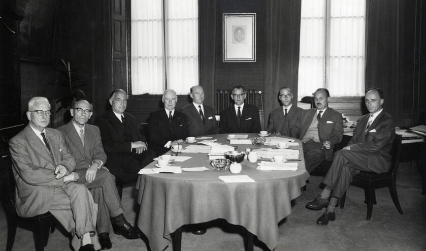Uit 1960, 'Groepsportret van de commissie van overleg inzake het Universiteitscentrum te Utrecht. Ten voeten uit, zittend om een tafel. V.l.n.r.: W.H. Brune, P.H. Damsté, (burgemeester) K. Fabius, A.P. Korthals Altes, J.L. Wessels Boer, A.P. Timmer, T. Renes, W.H.J. Derks en P. van Zanten'. Het gaat hier over de voorgesprekken die uiteindelijk tot realisering van de 'Uithof' leidden. (foto Utrechts Archief.)