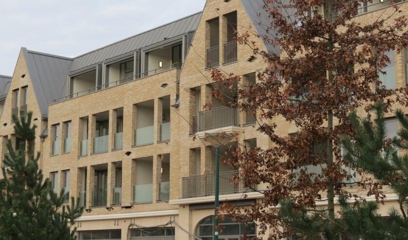 <p>In de gevel van het nieuwe appartementengebouw aan het Vinkenplein in Bilhoven zijn de gaten duidelijk zichtbaar.</p>