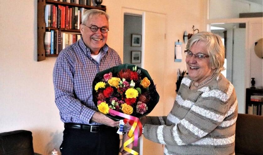Afgelopen vrijdag 11 december stond voorzitter Paul Meuwese van de Historische Kring D' Oude School bij Lies voor de deur om haar te bedanken voor haar enorme inzet voor de vereniging. Daarbij overhandigde hij Lies een prachtig boeket en een rijk gevuld kerstpakket.