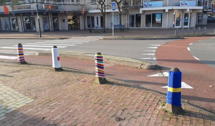 Aangeklede paaltjes op de hoek Hessenweg en Looidijk in De Bilt; deze zijn op de koude voorbereid. (foto Janny Smits)