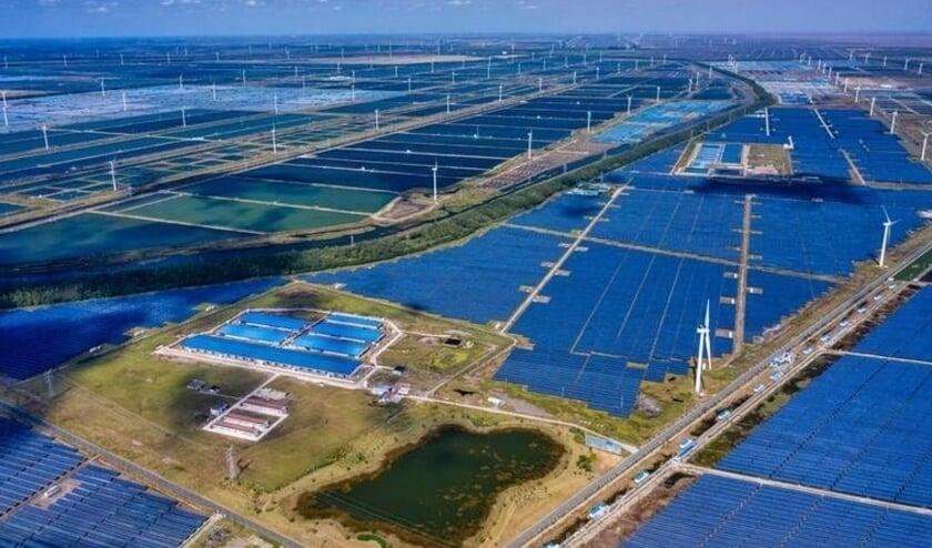 Zonne- en windpark in de stad Dongtai, in de oostelijke Chinese provincie Jiangsu (screenshot uit de Volkskrant, 26 oktober 2020, Beeld EPA)