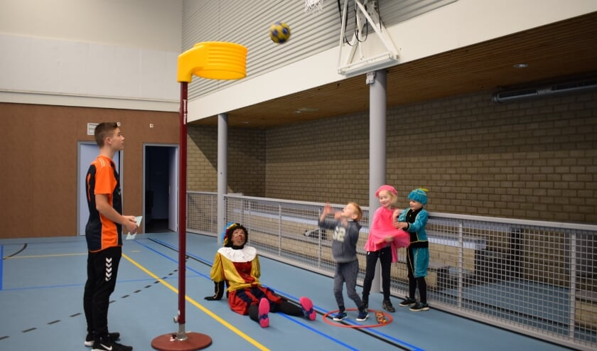 Piet kijkt vol bewondering naar de vaardigheden van de jonge korfballers.
