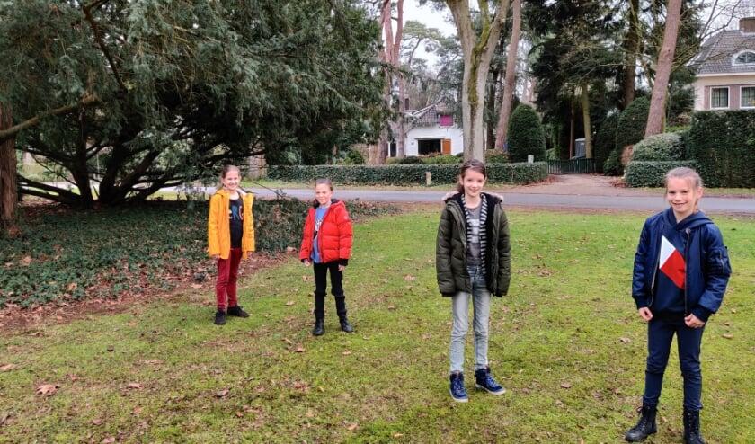Na alle werkzaamheden komen Aline, Fauve, Fine en Julie nog even op het Vermeerplein tot rust. [foto Henk van de Bunt]