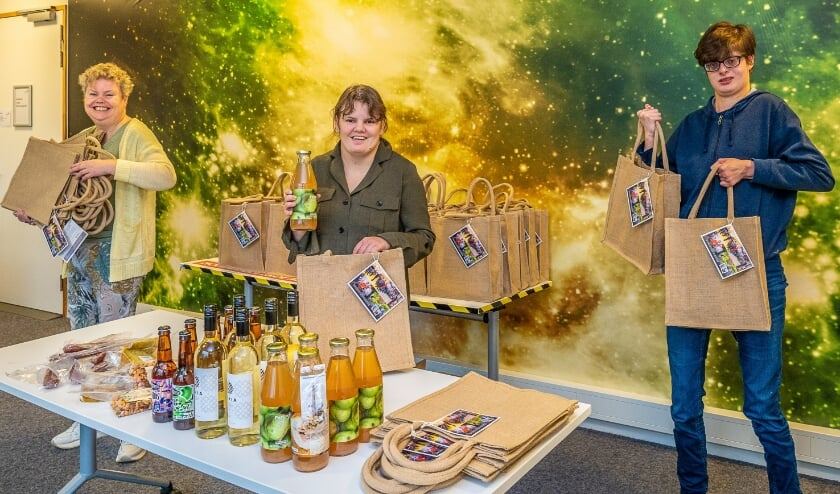 Marion, Beni en Lotte van Reinaerde pakken enthousiast de BCB-borrelpakketten in. (foto Hans Lebbe)