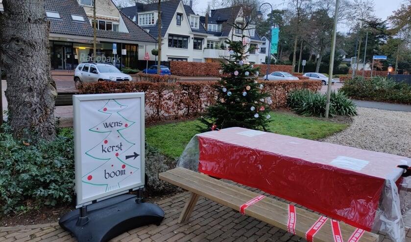Buiten bij de Centrumkerk kan op een kerstbal kan een wens worden geschreven en in de boom gehangen. De ballen liggen in een kistje onder de boom.