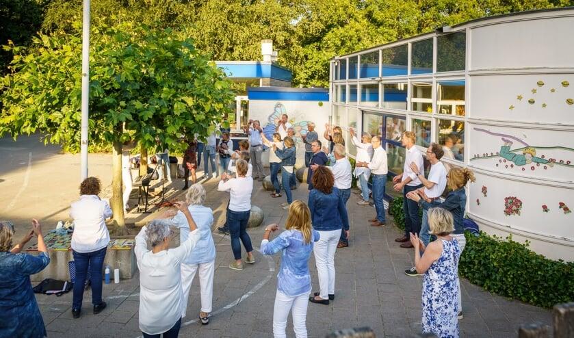 Valsch en Gemeen oefent op de Patioschool. (foto Paulus van Dorsten)