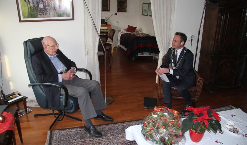 Burgemeester Sjoerd Potters op bezoek bij de decorandus. (foto Herman Steendam)