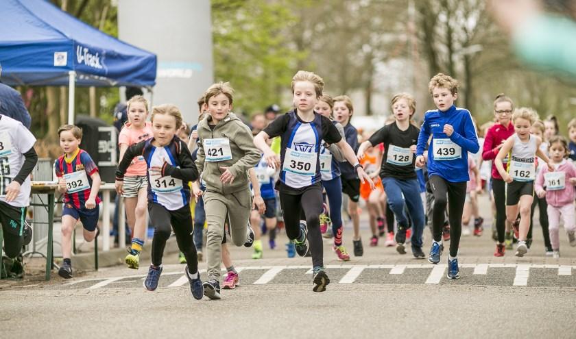 De jeugdloop maakt onderdeel uit van het programma. Er wordt fanatiek gestreden om de winst.