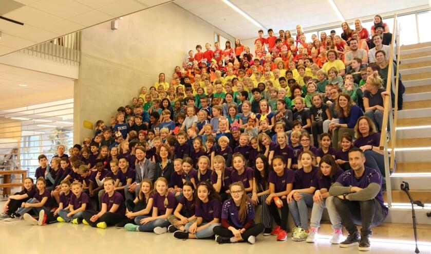 Alle klassen waren gekleed in een kleur uit de regenboog en dat resulteerde in deze prachtige regenboogfoto met juf Karin en meester Douwe in het midden.
