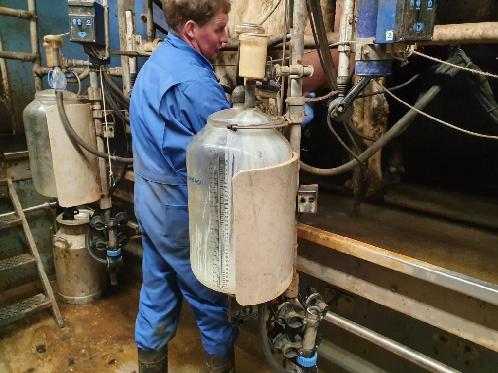 Boer Rutger melkt tweemaal daags zijn koeien.  © De Vierklank