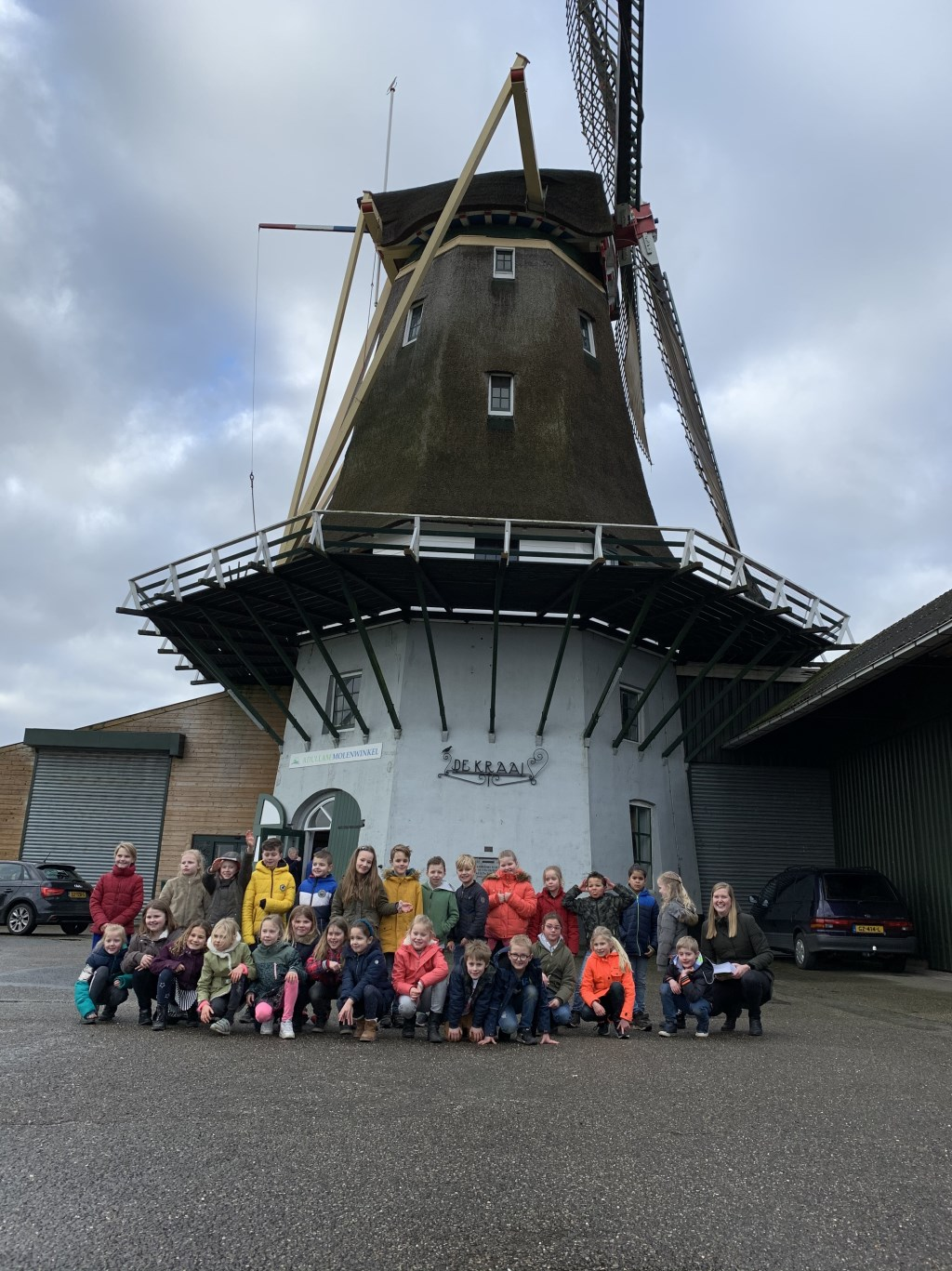 Leerlingen uit groep 4 bij molen De Kraai in Westbroek.  © De Vierklank