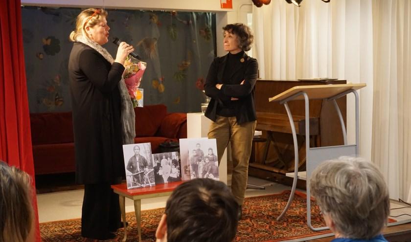 Ike Bekking bedankt Dido Michielsen voor haar bijzondere verhaal.