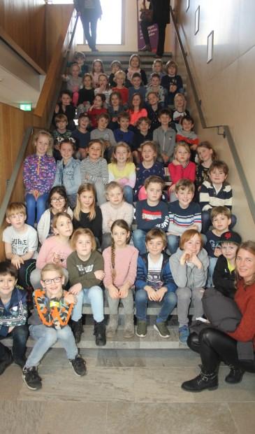 Leerlingen van de Julianaschool en Werkplaats Kindergemeenschap op de trap in Het Lichtruim.