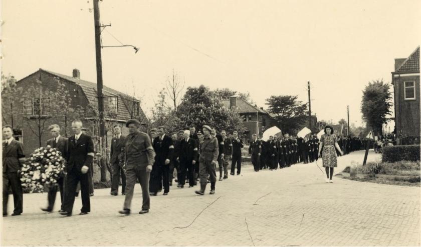 Deze foto van een begrafenisstoet voor verzetsstrijders is opgenomen in de expositie.