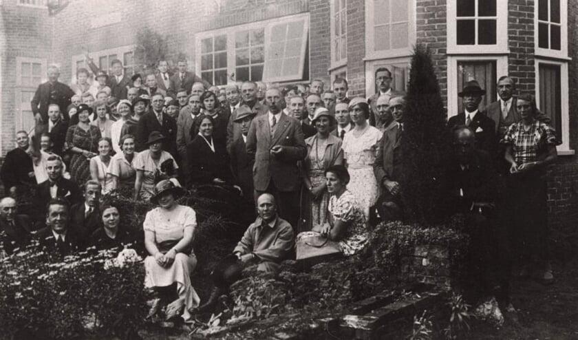 De foto is gemaakt bij de opening van het NSB-kringhuis in Bilthoven in 1934. Onder de aanwezigen was ook Cornelis van Geelkerken, die in 1931 een van de oprichters van de NSB was geweest.