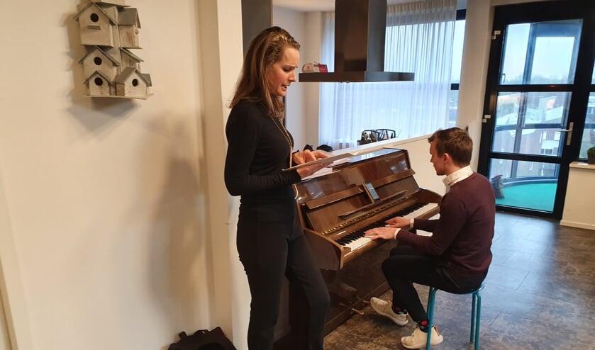 Met muziek vermaken leerkrachten van De Nijepoort hun toehoorders.