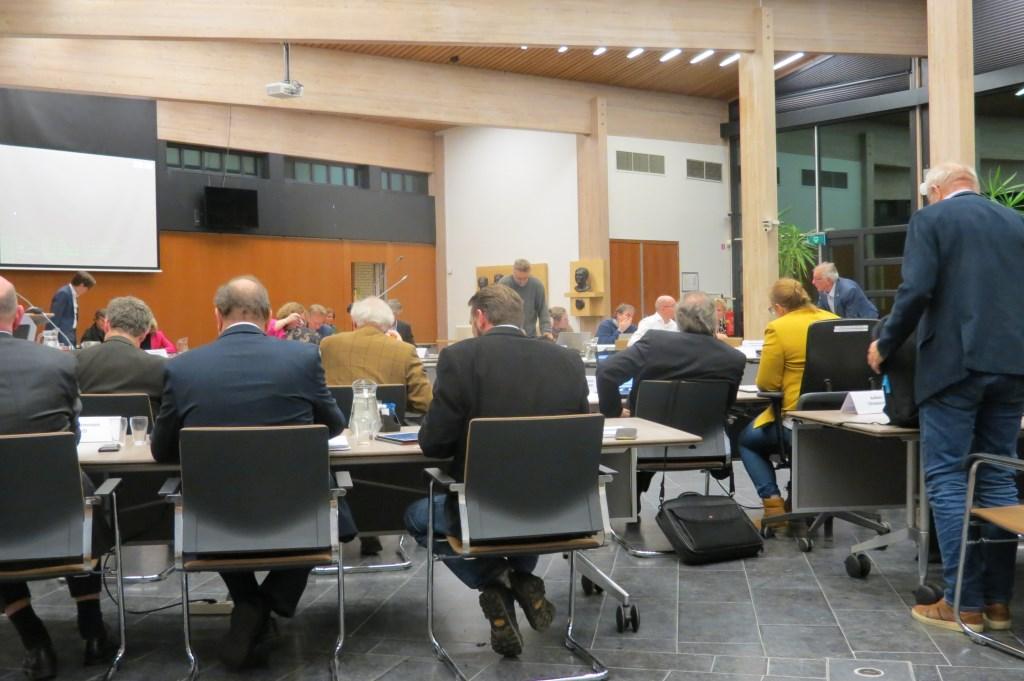 De indeling van de raadzaal is gewijzigd om de raadsleden meer zit-, voet- en beweegruimte te geven.  © De Vierklank