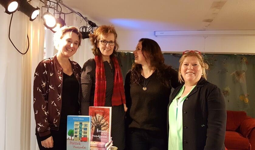 Schrijfsters Annejan Mieras (midden links) en Sanne Rooseboom geflankeerd door Ike en Wendy van de Bilthovense Boekhandel.