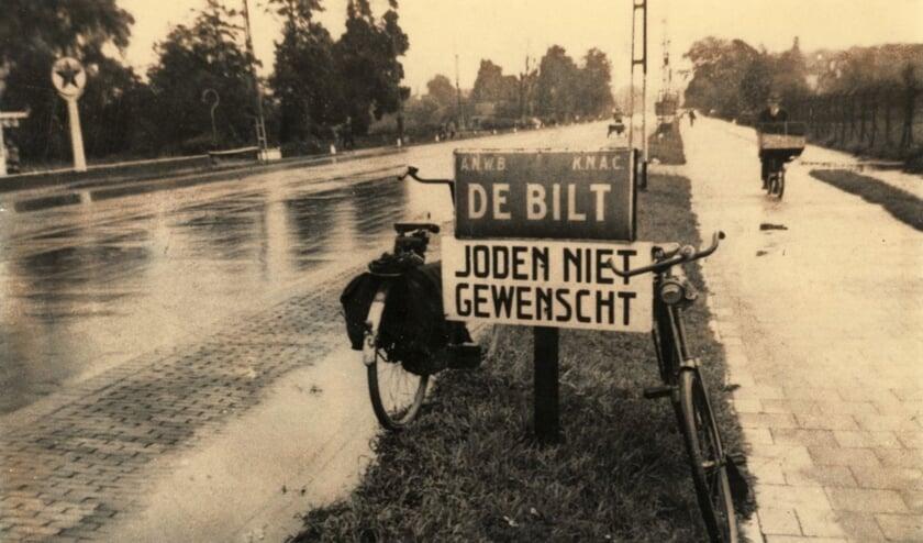 Dit bord stond in de Tweede Wereldoorlog bij de grens van de gemeente De Bilt aan de Utrechtseweg. Dergelijke bordjes zijn ook op ander plaatsen in de gemeente neergezet. (Foto RHC Vecht en Venen + Online Museum)