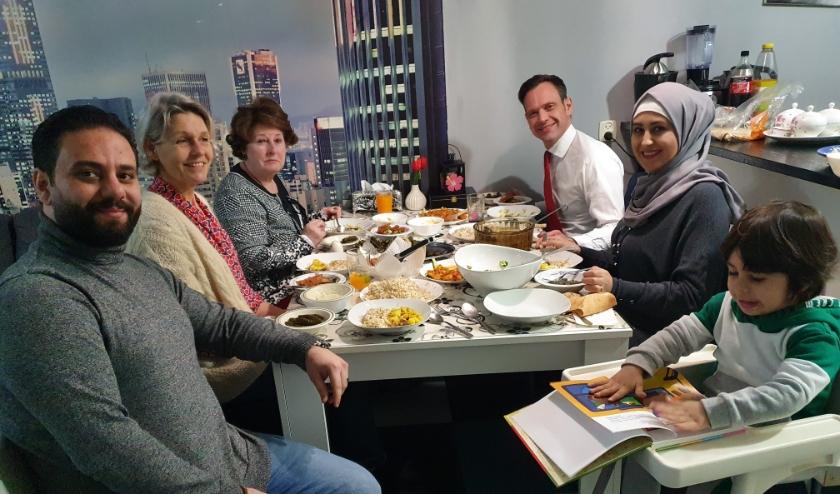 Burgemeester Potters aan tafel bij de familie Al Khayat.