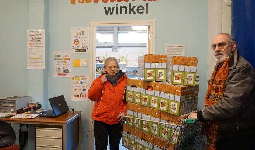 Liesbeth en Han Bruinse leveren de pakketten af bij De Voedselbank.