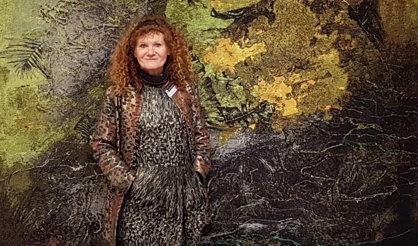 De Hongaarse kunstenares Marianne Benkö verdrinkt bijna in haar eigen kunstwerk.