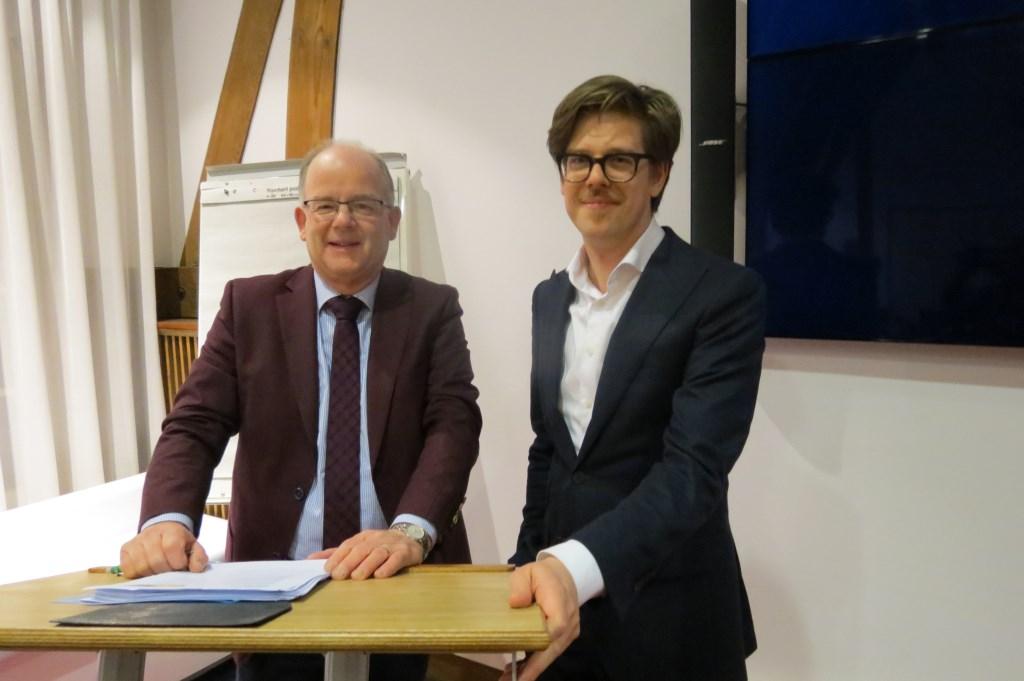 Jan de Reuver, coördinator financieel toezicht van de provincie met wethouder Dolf Smolenaers (rechts).  © De Vierklank