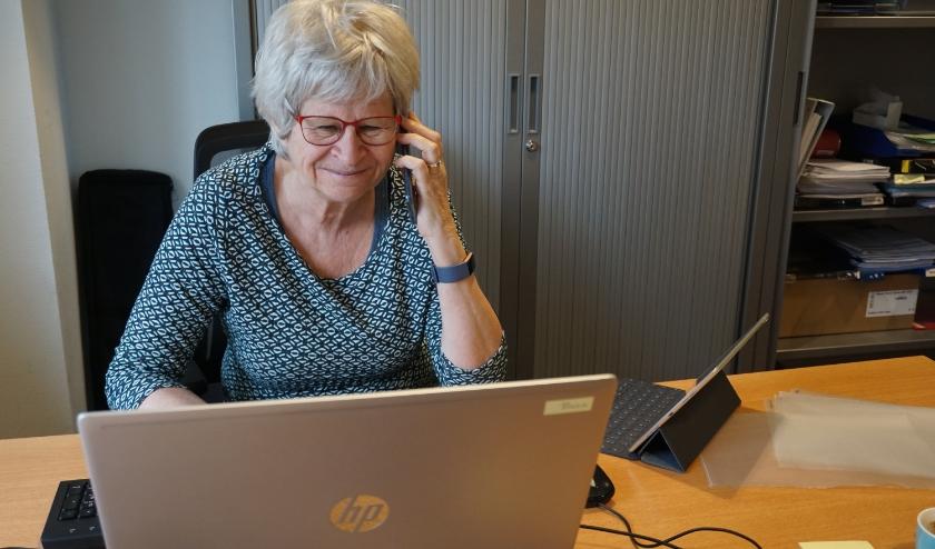 Evelien Ribbens op kantoor in gesprek met een van de cliënten.