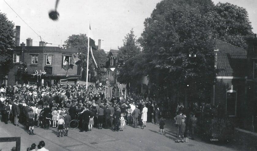 Bevrijdingsfeest voor de 'vork' Dorpsstraat en de Burgemeester De Withstraat in De Bilt. Deze foto is genomen vanuit het bovenraam van de drogisterij van het echtpaar Croiset.