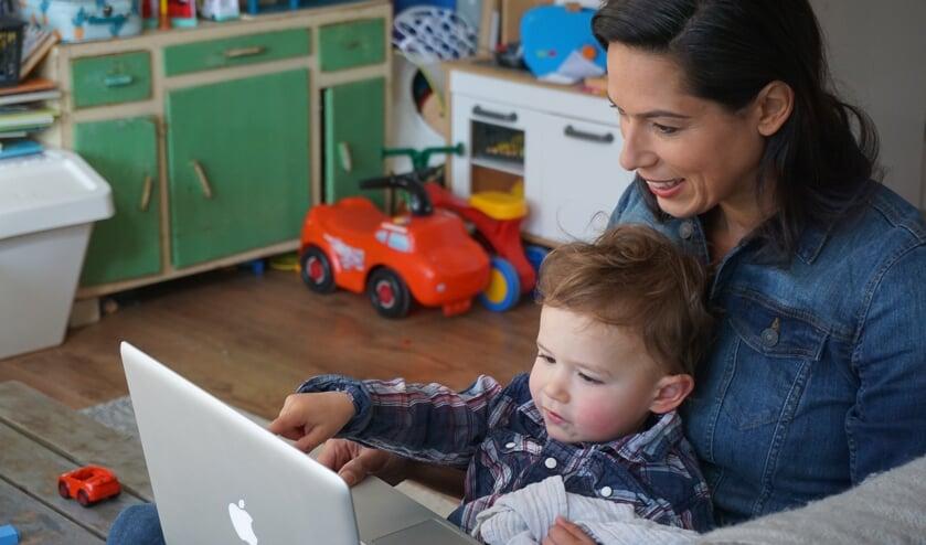 Nathalie en Luca luisteren en kijken online naar een verhaal van MamaLokaal.