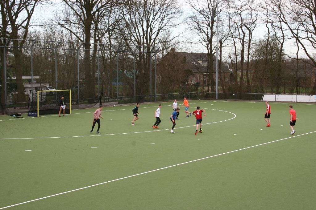 Het hockeyveld van Voordaan is ingenomen door een tiental Maartensdijkse jongeren die hun vrije tijd sportief invullen.  © De Vierklank