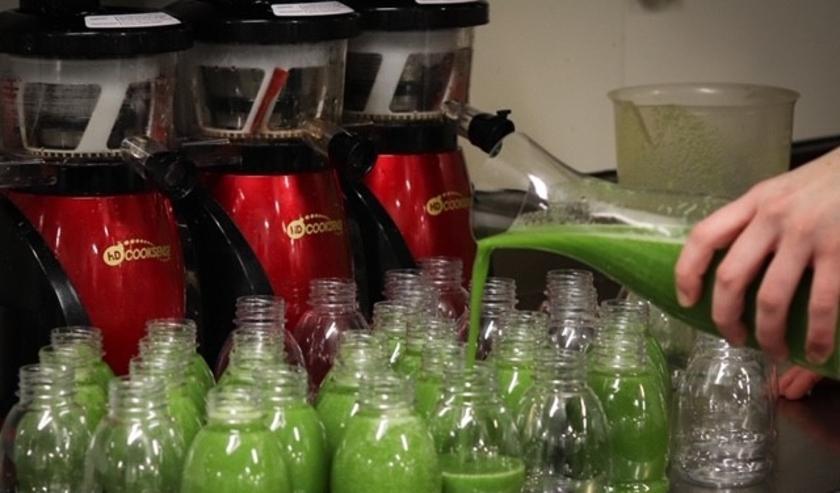 Bij Landwaart wordt met zorg enorme hoeveelheden slow juice sappen bereid.