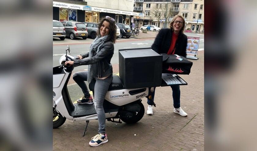 De pizza's werden ditmaal niet met de scooter, maar met de auto rondgebracht.