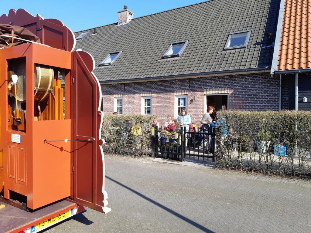 De klanken uit het gerestaureerde Koenigsberg Psalmdraaiorgel verleiden tot een spontaan dansje bij het Thomashuis Maartensdijk. Foto:  © De Vierklank
