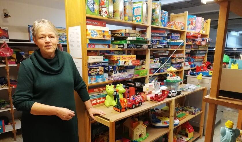 Marian Stufkens redt spullen van de prullenbak.
